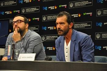 Antonio Banderas con el director de la película Autómata